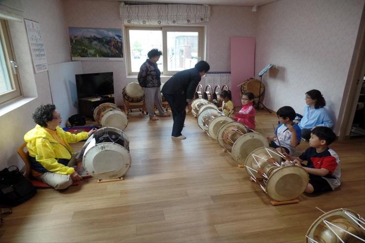 '경로당의 변신? 문 열고 마을과 소통하다!'